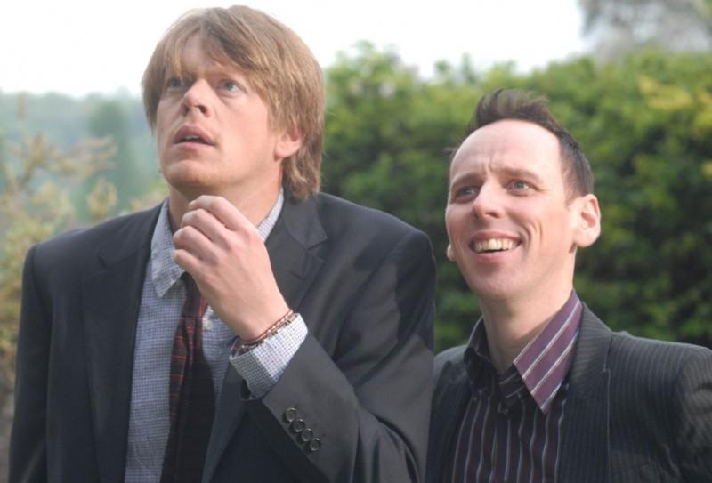 Due protagonisti di Funeral Party in una scena del film