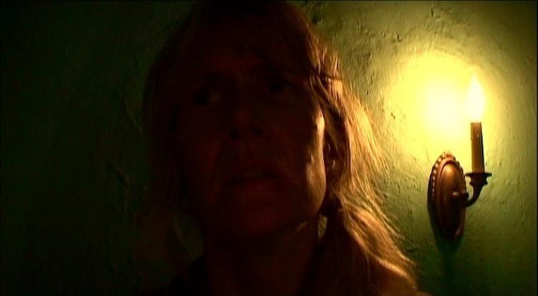 Una suggestiva immagine di Laura Dern in una scena di INLAND EMPIRE