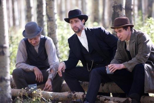 Brad Pitt con Jeremy Renner e Sam Rockwell in una scena de L'assassinio di Jesse James