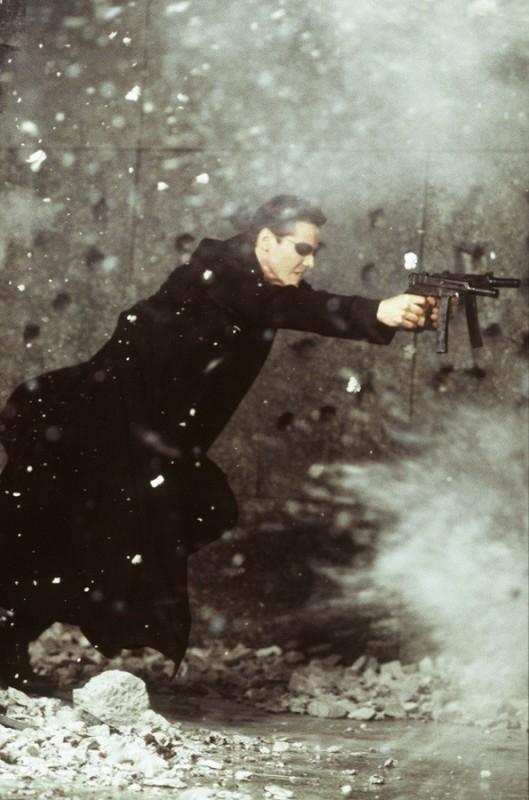 Keanu Reeves in una scena d'azione di MATRIX