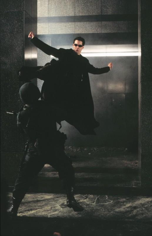 Keanu Reeves in una scena action di MATRIX