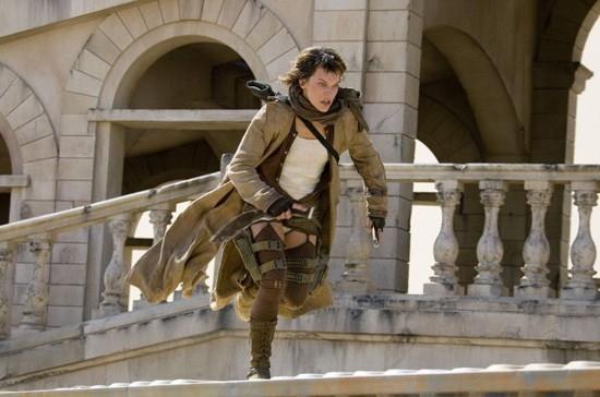 Milla Jovovich in una scena actiondi RESIDENT EVIL: EXTINCTION