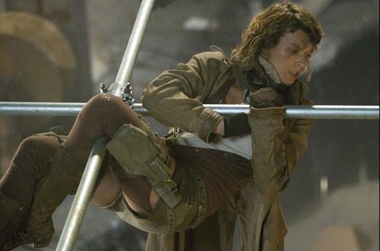 Milla Jovovich in una scena dell'action fantascientifico RESIDENT EVIL: EXTINCTION