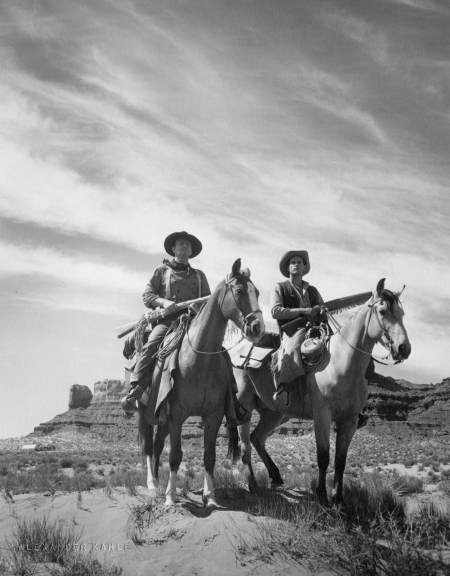 Una foto di John Wayne e Jeffrey Hunter sul set di SENTIERI SELVAGGI