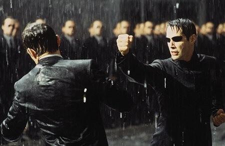 Hugo Weaving e Keanu Reeves in una scena di MATRIX REVOLUTIONS