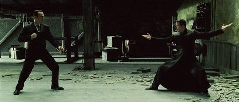Hugo Weaving e Keanu Reeves in una sequenza di MATRIX REVOLUTIONS