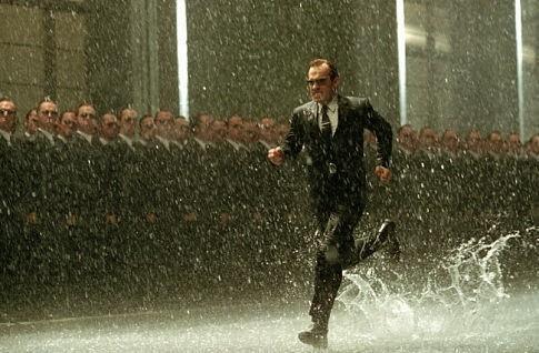 Hugo Weaving in una scena di MATRIX REVOLUTIONS