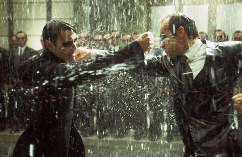 Keanu Reeves e Hugo Weaving in una scena di MATRIX REVOLUTIONS