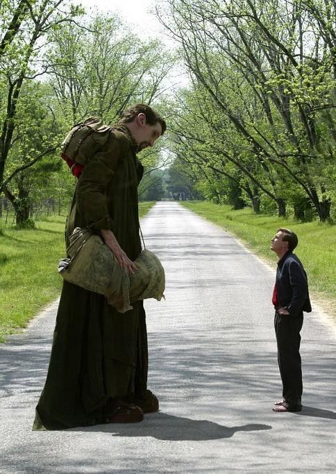 Matthew McGrory e Ewan McGregor in una scena di Big Fish di Tim Burton