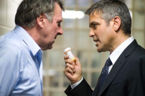 Tom Wilkinson e George Clooney in una scena di Michael Clayton