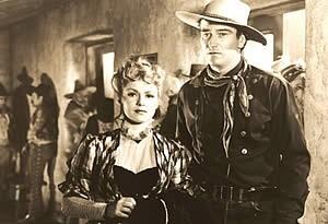 Claire Trevor e John Wayne in una scena di OMBRE ROSSE