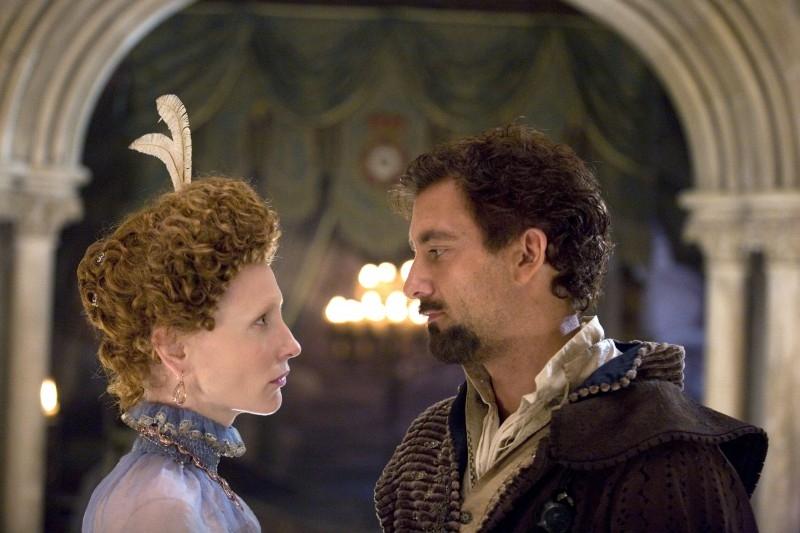 Cate Blanchett e Clive Owen in una scena del film The Golden Age