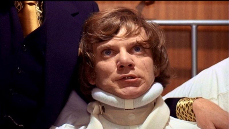 Malcolm McDowell in una delle scene più dure di ARANCIA MECCANICA