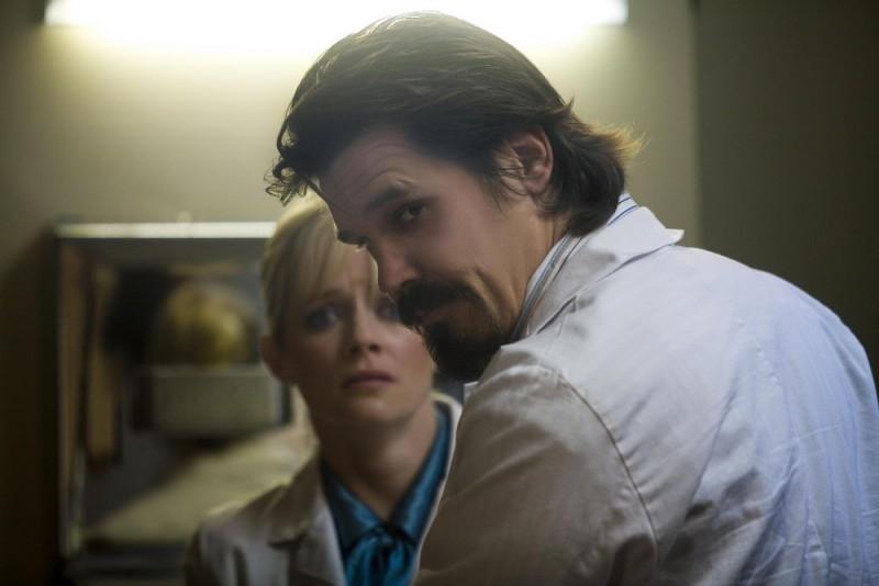 Marley Shelton e Josh Brolin in una scena del film Planet Terror, episodio del double feature  Grind House