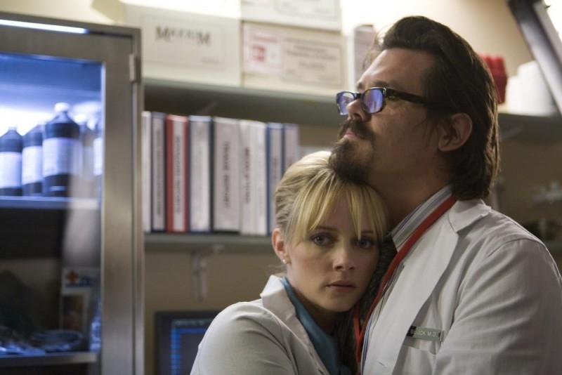 Marley Shelton accanto a Josh Brolin in una scena del film Planet Terror, episodio del double feature  Grind House