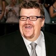 Michael Moore saluta il pubblico a un evento