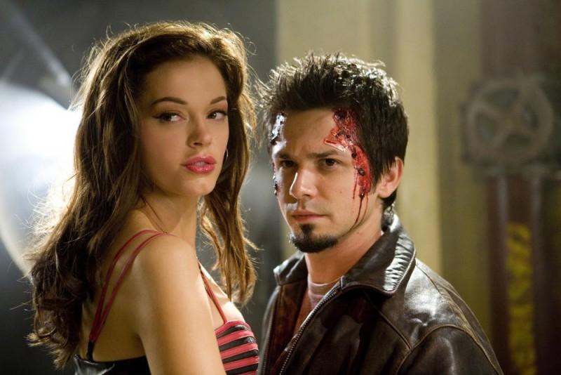 Rose McGowan e Freddy Rodríguez in una scena del film Grind House