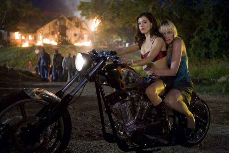 Rose McGowan e Marley Shelton in una scena del film Planet Terror, episodio del double feature  Grind House