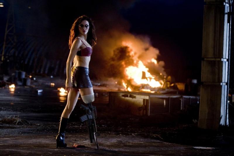 Rose McGowan in azione in una scena del film Planet Terror, episodio del double feature  Grind House