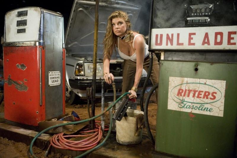 Stacy Ferguson in una scena del film del film Planet Terror, episodio del double feature  Grind House