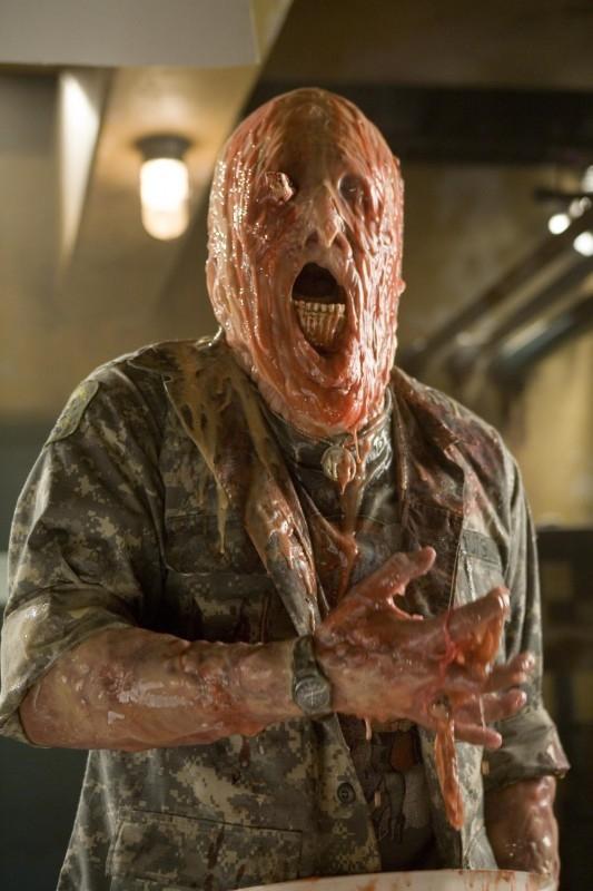 Una scena gore del film del film Planet Terror, episodio del double feature  Grindhouse