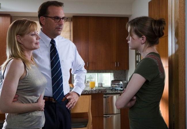 Marg Helgenberger, Kevin Costner e Danielle Panabaker in una scena del film Mr. Brooks