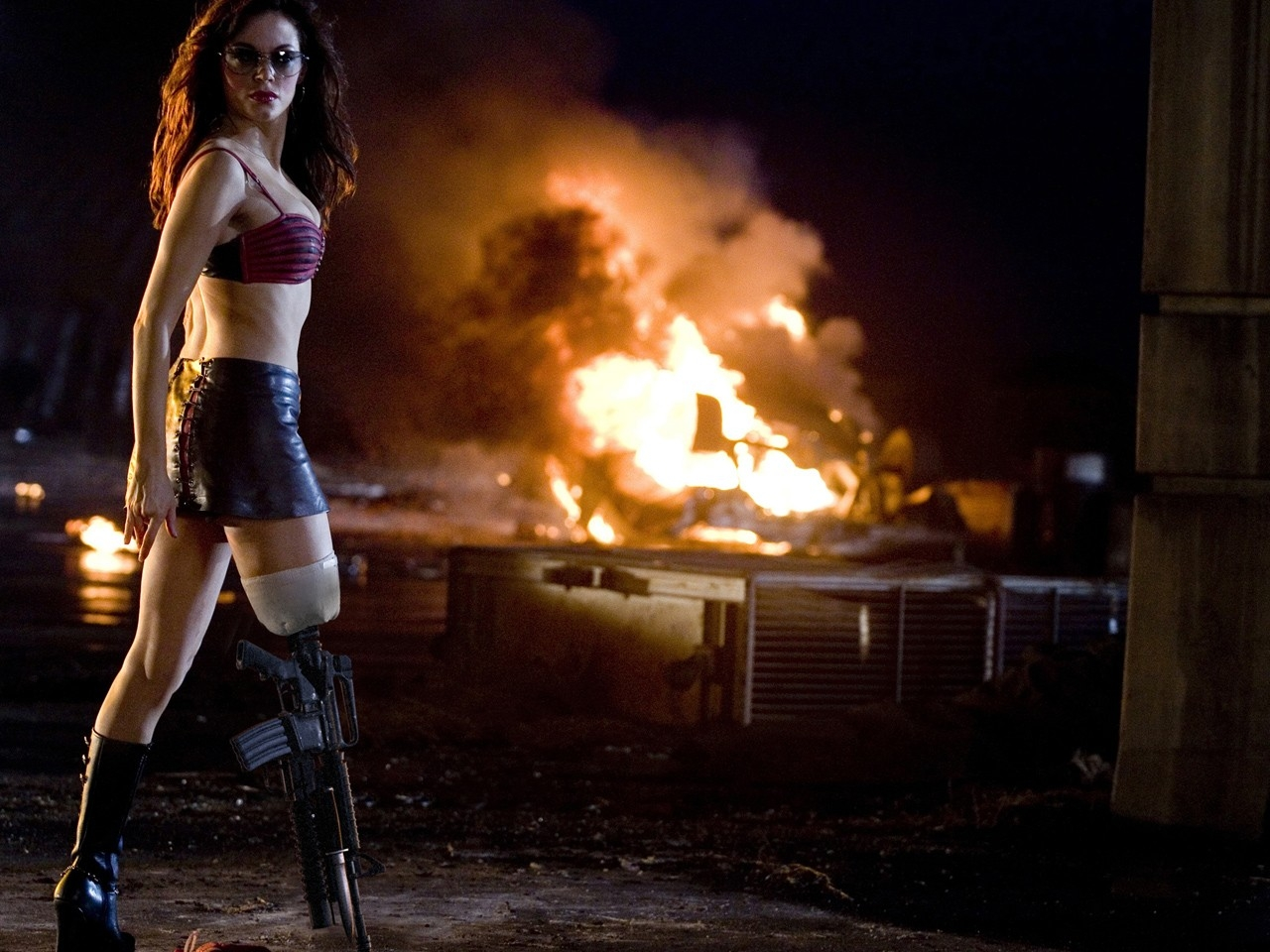 La grintosa Rose McGowan in un wallpaper del film Grindhouse