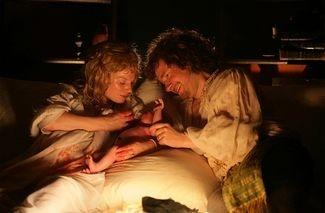 Eva Birthistle e Martin Freeman in una scena di Nightwatching