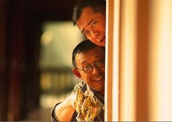 Jiang Wen e Anthony Wong Chau-Sang in una scena di The Sun Also Rises