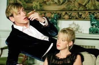 Ludivine Sagnier e Benoit Magimel in una scena de La fille coupée an deau