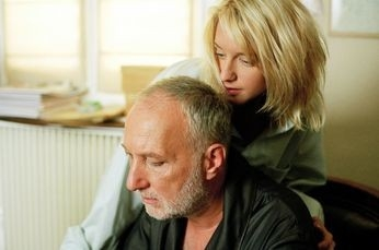 Ludivine Sagnier e François Berléand in una scena de La fille coupée an deau