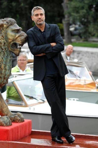 George Clooney scherza all'arrivo al Lido (in concorso con Michael Clayton)