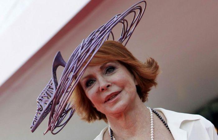 Venezia 2007: Marina Ripa di Meana con uno dei suoi fantasiosi cappellini