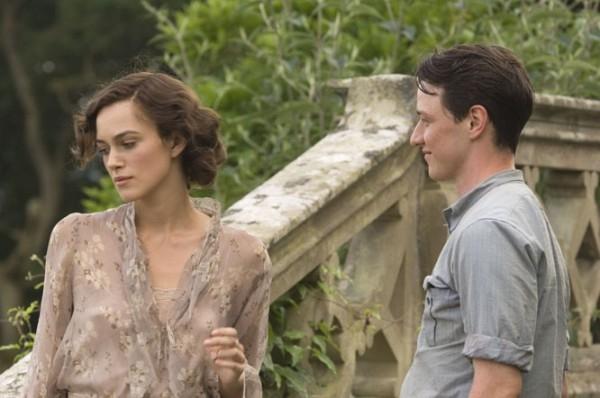 Keira Knightley e James McAvoy in una scena del dramma Espiazione (Atonement)