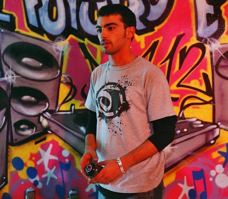 Primo Reggiani in una coloratissima immagine del film Scrivilo sui muri