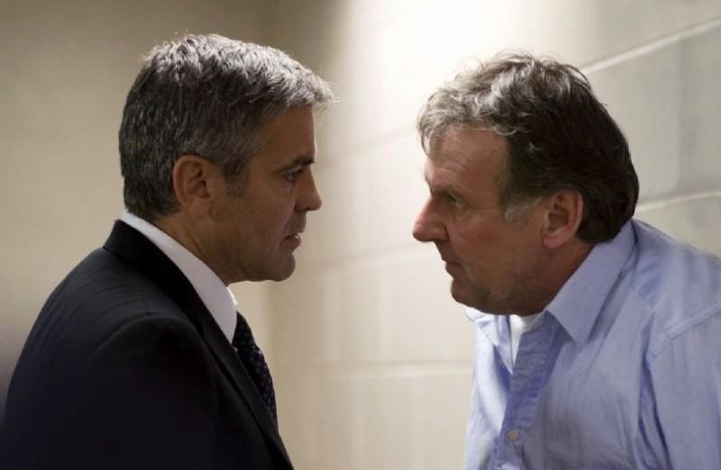 Tom Wilkinson con George Clooney in una scena di Michael Clayton
