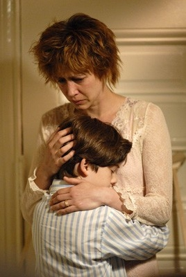 Vera Farmiga e Jacob Kogan in una scena di Joshua