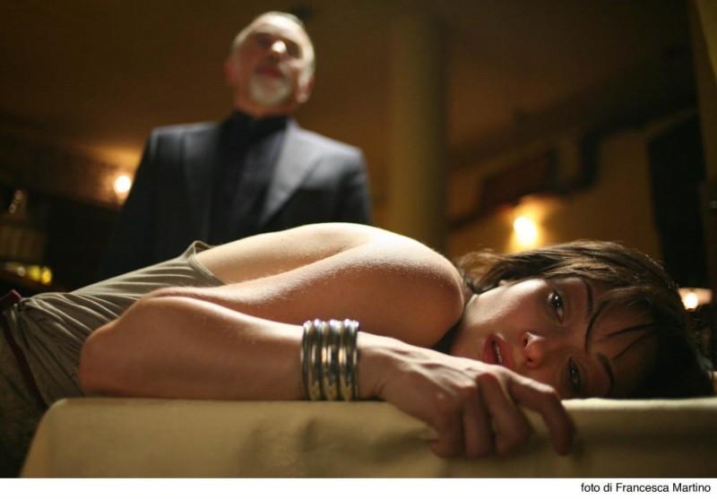 Carolina Crescentini e Giorgio Faletti in una scena del film Cemento armato