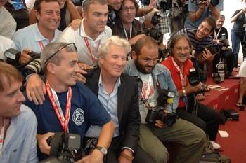 Richard Gere scherza con i fotografi a Venezia 64., dove presenta The Hunting Party
