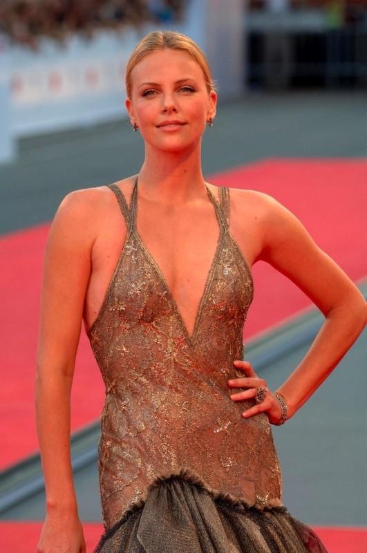 Charlize Theron sul red carpet di Venezia 64.