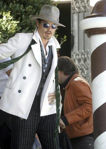 Johnny Depp approda al Lido per premiare l'amico Tim Burton