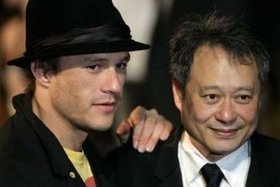 Il neo-Leone d'oro Ang Lee con Heath Ledger, che ha accettato la Coppa Volpi per Cate Blanchett