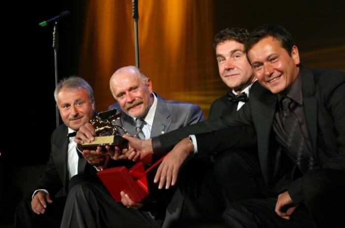 Nikita Mikhalkov con il suo staff e il Leone speciale per 12