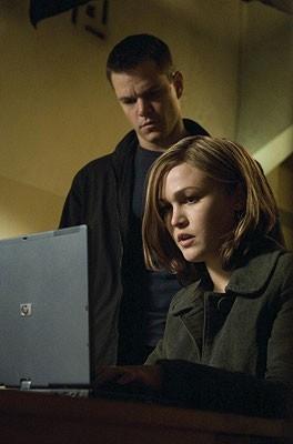 Matt Damon con Julia Stiles in una scena del film The Bourne Ultimatum