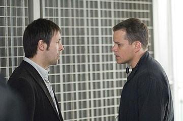 Matt Damon e Paddy Considine in una scena del film The Bourne Ultimatum