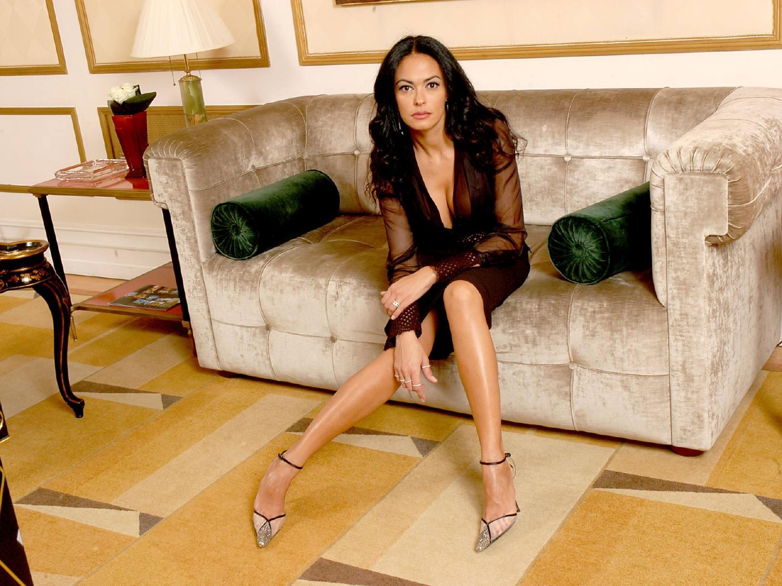 Wallpaper: tacchi a spillo e posa sensuale per Maria Grazia Cucinotta