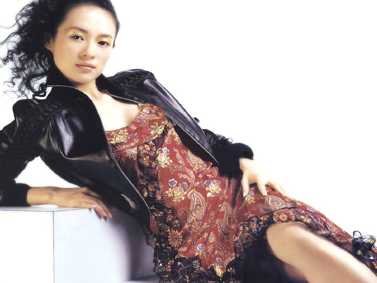 Wallpaper dell'attrice Zhang Ziyi su fondo bianco