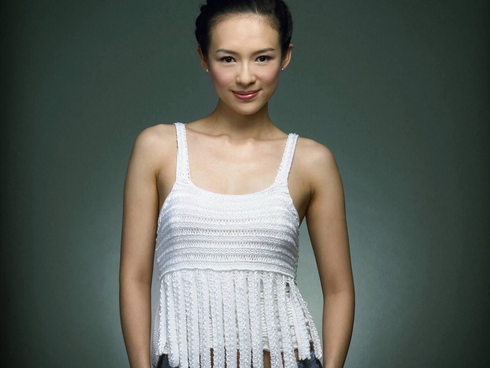 Wallpaper -  Zhang Ziyi su sfondo nero