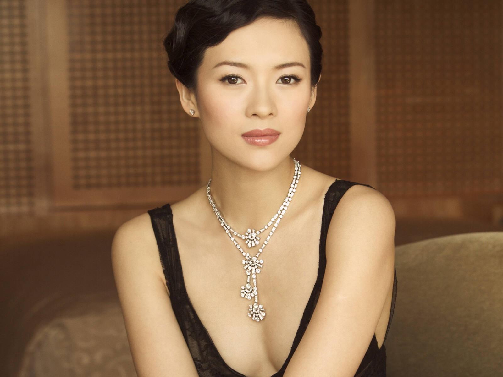 Wallpaper di una raffinata e sensuale Zhang Ziyi