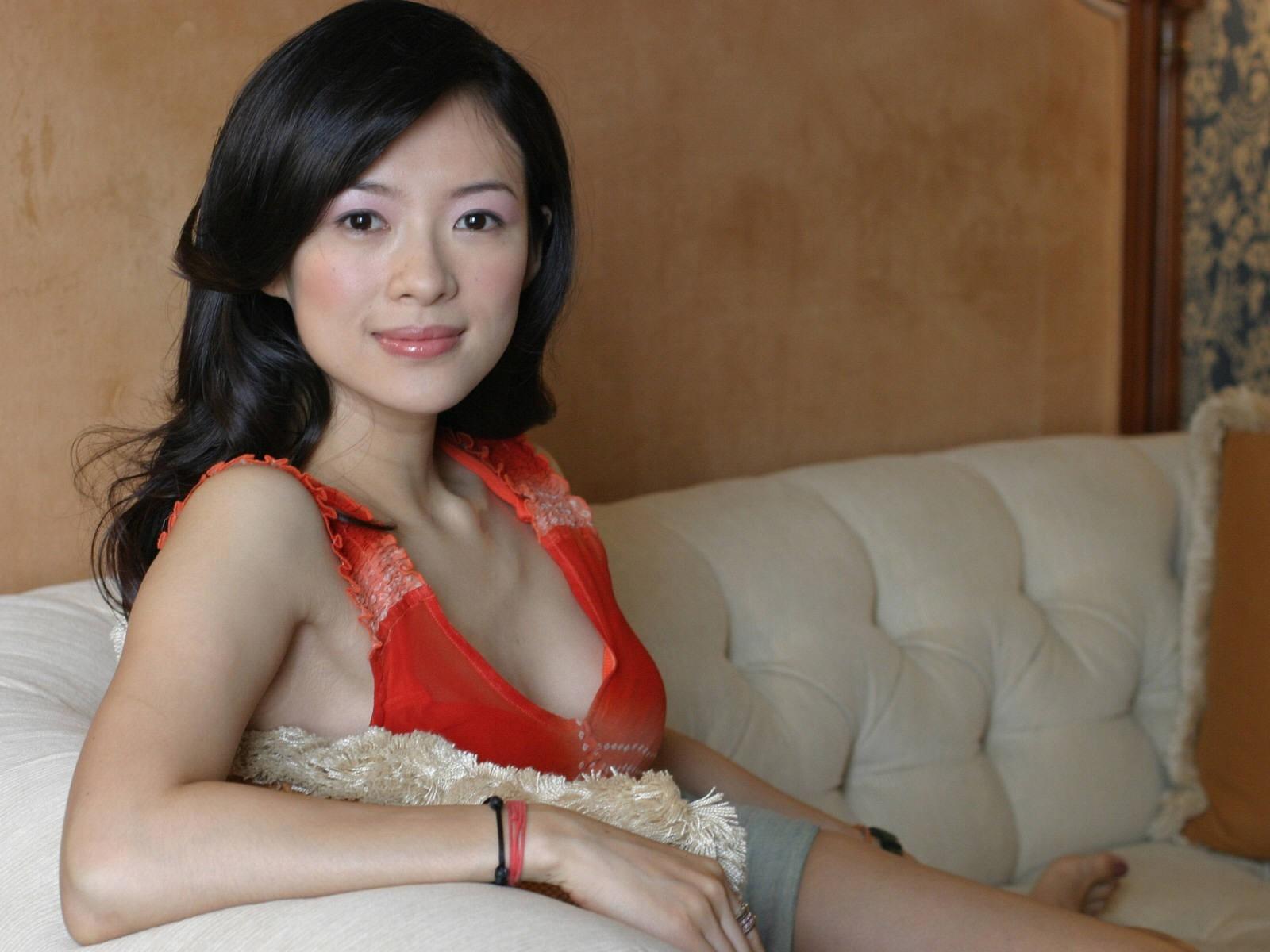 Wallpaper di Zhang Ziyi sul divano